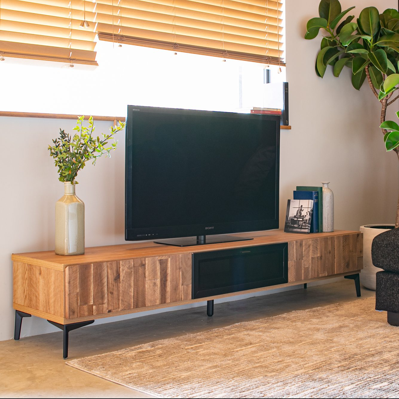 アカシア無垢材の木目を楽しむ180㎝幅のTVボード